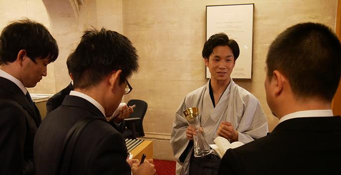 写真:日本人メディアと濵田光太郎取締役