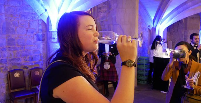 写真:だいやめを飲む女性